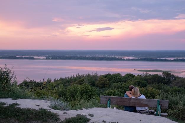 Les jeunes qui regardent les montagnes et les rivières avec vue sur l'eau, l'atmosphère naturelle.