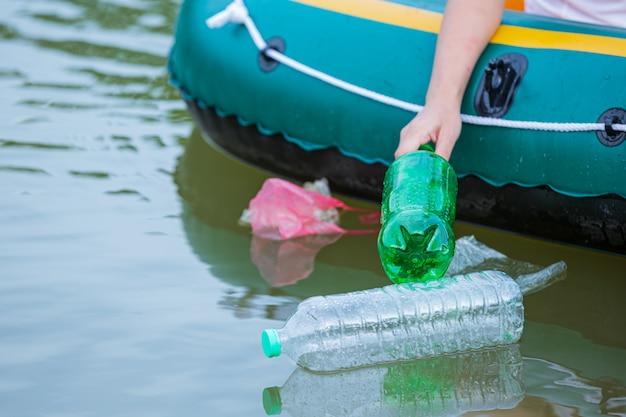 Les jeunes ramassent les ordures dans la rivière, concept de la journée nationale de la jeunesse et de la journée mondiale de l'environnement.