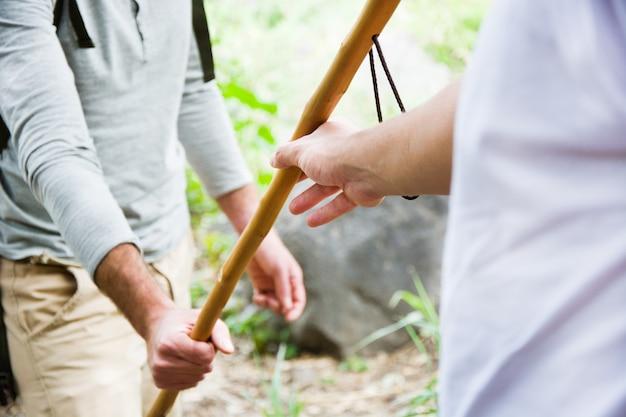 Jeunes randonneurs passant un bâton