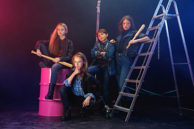 Jeunes rebelles. portrait en pied d'enfants arrogants en jeans élégants et vêtements en cuir. concept d'émeute chez les adolescentes, mode pour enfants, non-conformisme et énergie jeune. mode de vie moderne.