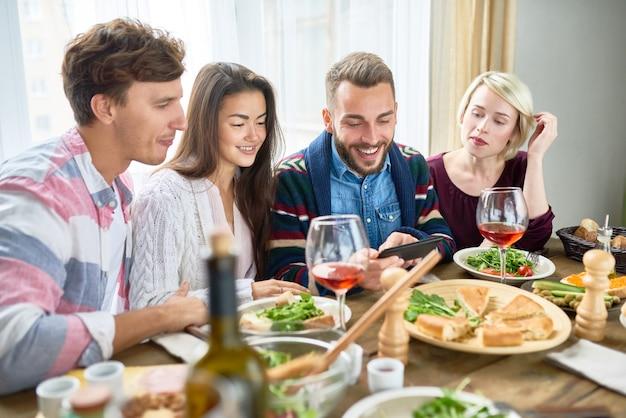 Jeunes regarder des vidéos à table