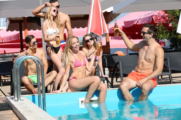 Jeunes s'amusant dans la piscine
