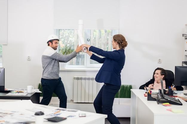 Les jeunes s'amusent au bureau après les heures de bureau.