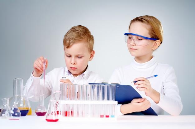 Les jeunes scientifiques qui font des recherches en laboratoire