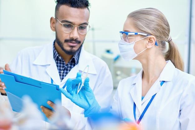 Jeunes scientifiques travaillant en laboratoire