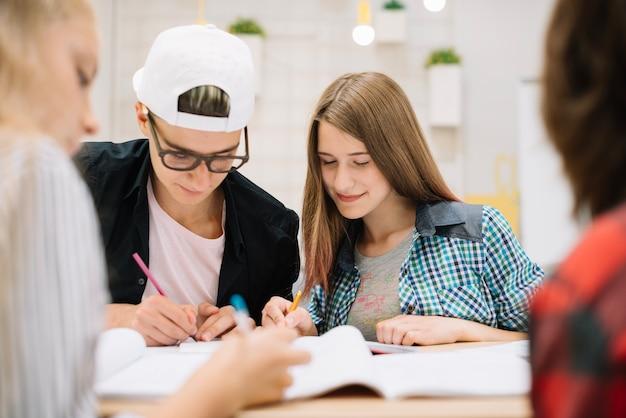 Les jeunes se communiquent en classe