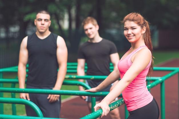 Les jeunes se reposent après un entraînement sur le terrain de sport.
