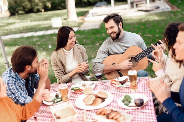 Les jeunes se sont réunis pour un barbecue.