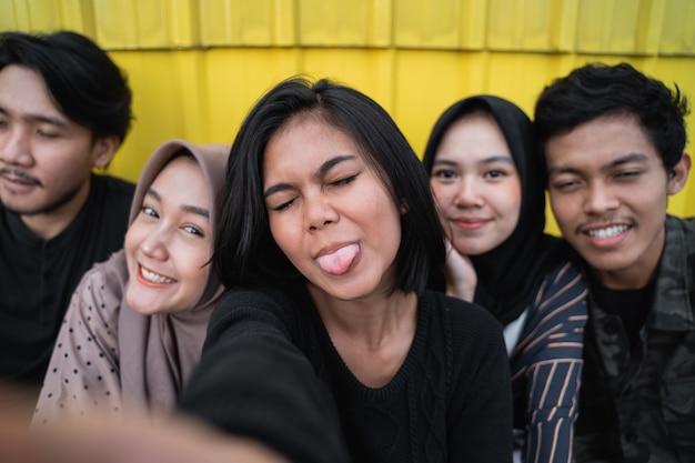Jeunes selfies avec des amis
