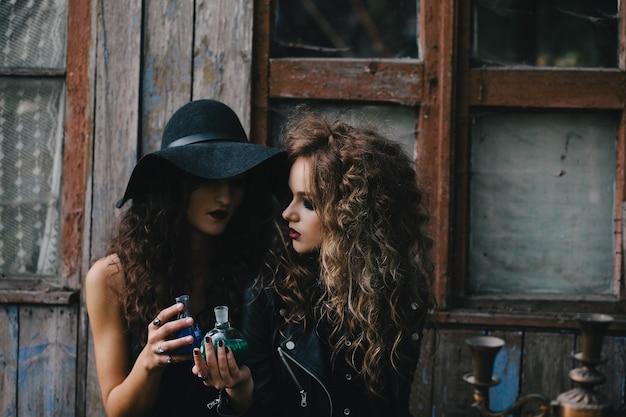 Les jeunes sorcières qui font des expériences