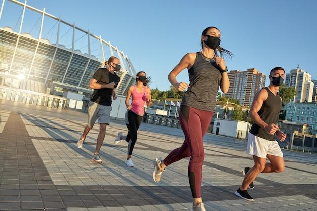 Jeunes sportifs multi-races portant des masques de protection