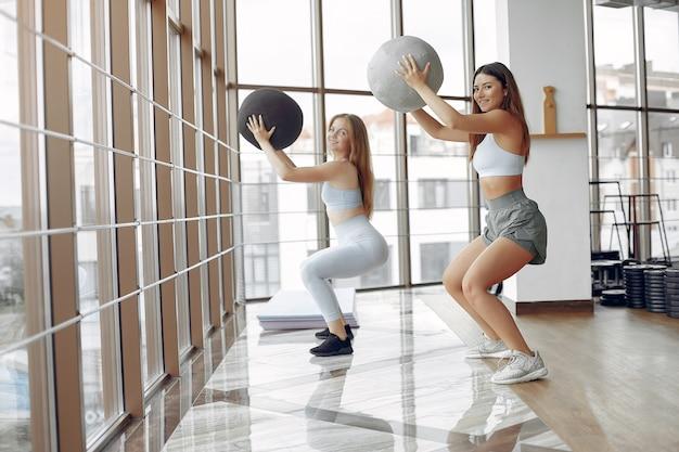 Jeunes sportifs s'entraînant dans une salle de sport le matin