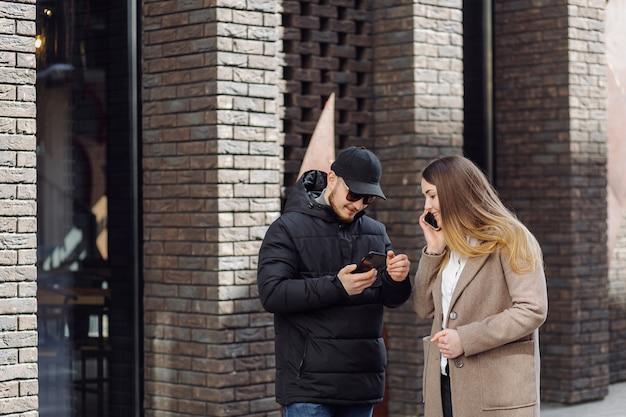 Jeunes avec téléphone portable