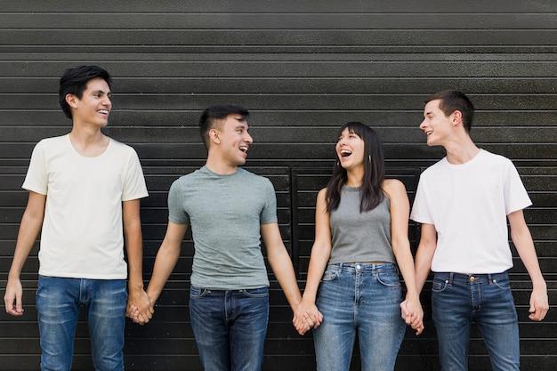 Jeunes, tenue, mains, ensemble