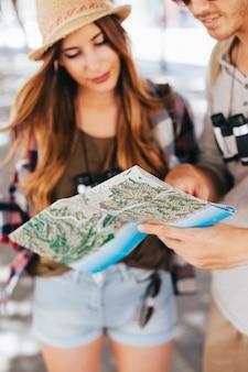 Jeunes touristes avec carte