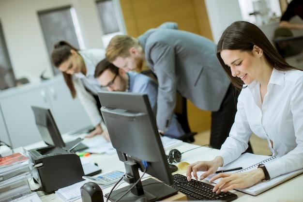 Jeunes travaillant au bureau
