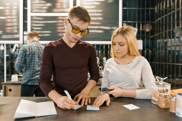 Jeunes travaillant dans un café