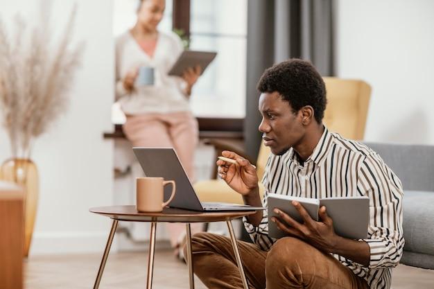 Les jeunes travaillant dans un endroit moderne