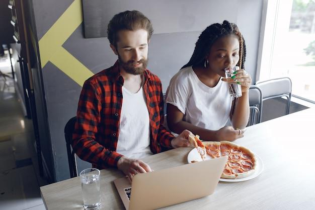Jeunes travaillant ensemble et utilisant l'ordinateur portable