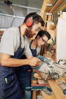 Les jeunes travaillant à la menuiserie