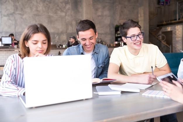 Jeunes travaillant sur un ordinateur portable