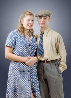 Jeunes travailleurs couples en vêtements vintage