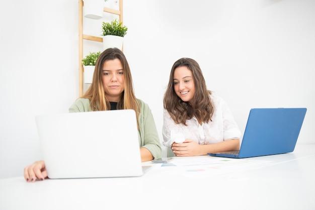 Jeunes travailleuses dans leur bureau pendant leurs heures de travail