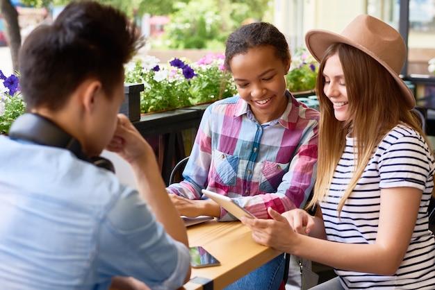 Jeunes, utilisation, tablette numérique, dans, café