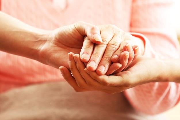 Jeunes et vieux se tenant la main