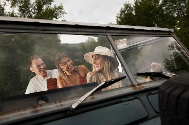 Jeunes voyageurs ruraux traversant la campagne