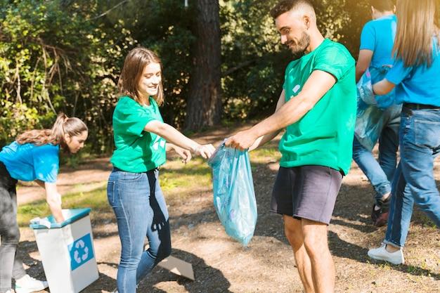 Jeunesse en train de nettoyer en forêt