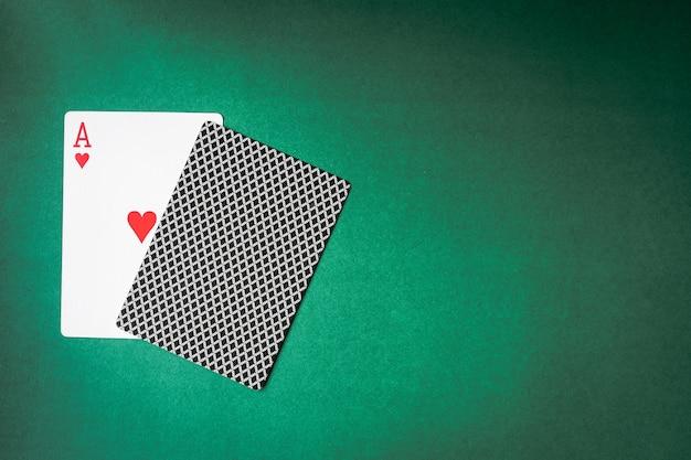 Jeux de cartes et de dos sur fond vert.