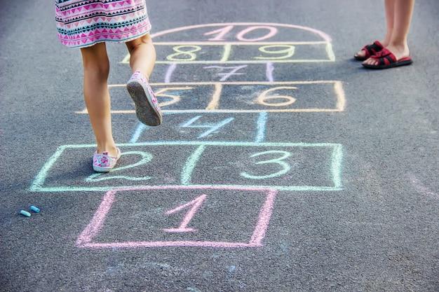 Jeux d'enfants de la rue en classiques. mise au point sélective.