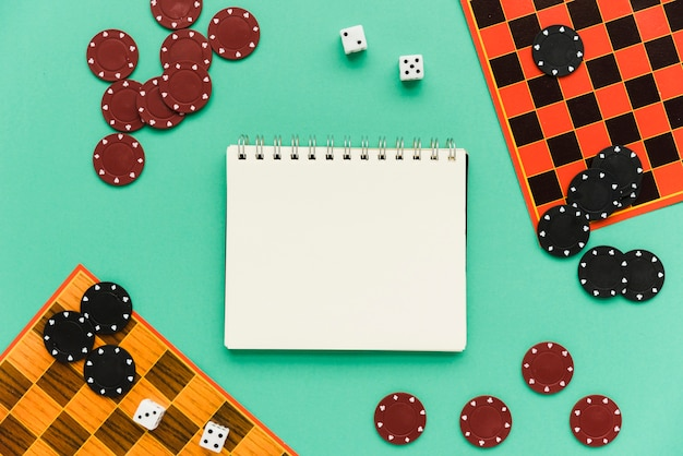Jeux de société avec vue de dessus avec le bloc-notes de maquette