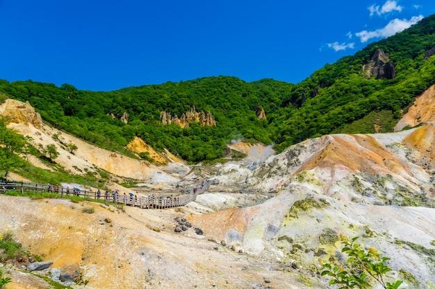Jigokudani valley et ciel bleu en été, noboribetsu, hokkaido, japon