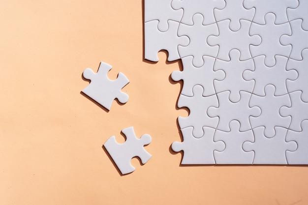 Jigsaw puzzles pièces non triées sur fond rose