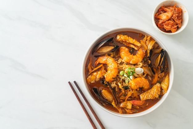 Jjamppong - soupe de nouilles aux fruits de mer coréenne - style de cuisine coréenne