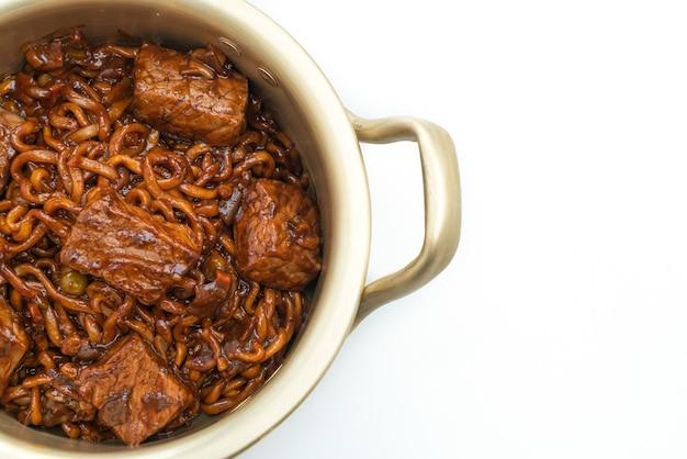 Jjapaguri ou chapaguri, nouilles épicées aux haricots noirs coréens au boeuf isolé
