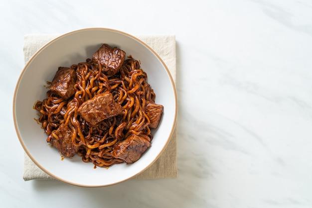 Jjapaguri ou chapaguri, nouilles épicées aux haricots noirs coréens au boeuf - style de cuisine coréenne