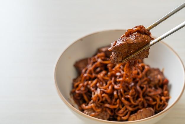 Jjapaguri ou chapaguri, nouilles épicées aux haricots noirs coréens avec du bœuf - style de cuisine coréenne