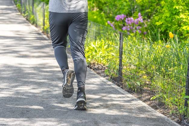 Jogger courant le long du réservoir de central park à new york. central park est plein de gens actifs tout au long de l'année.