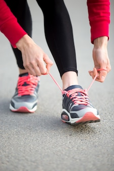 Jogger se prépare à la pratique de course. fermer