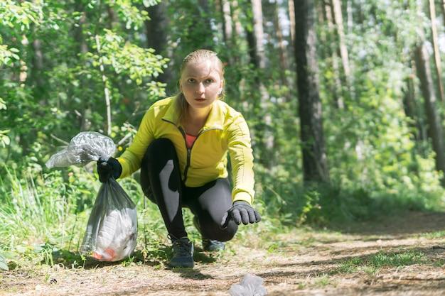 Une joggeuse se penche sur les ordures pendant le plogging