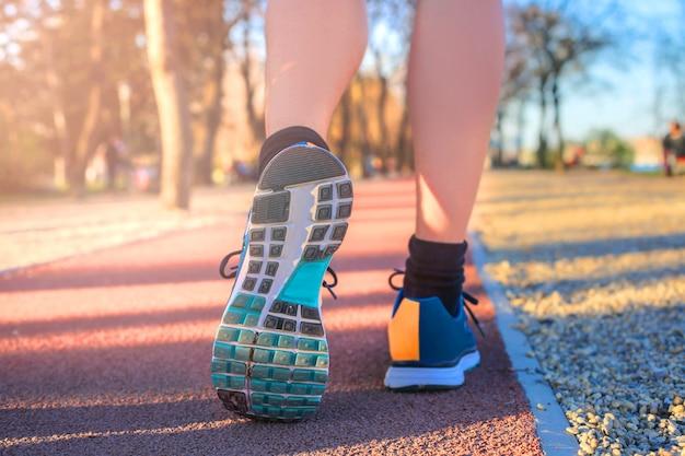 Jogging sur une piste d'athlétisme