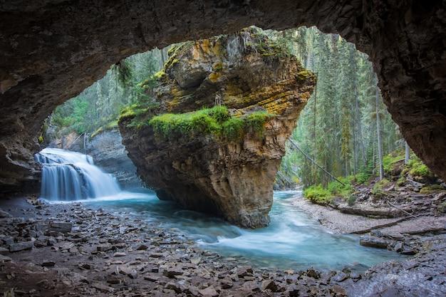 Johnston canyon cave en printemps avec des cascades, johnston canyon trail, alberta, canada