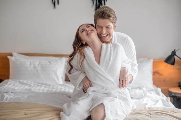 Joie. un joli couple passe du temps ensemble à la maison et a l'air heureux