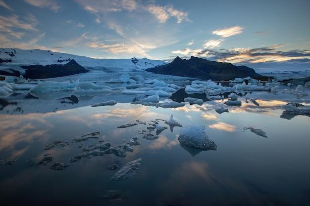 Jokulsarlon, glacier lagoon en islande la nuit avec de la glace flottant dans l'eau.