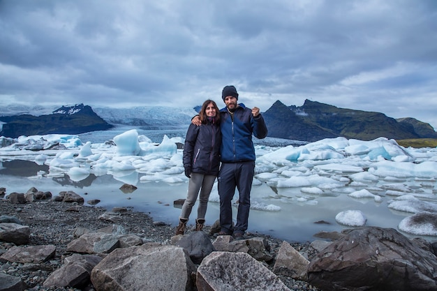 Jokulsarlon, islande, un couple au magnifique lac jokulsarlon