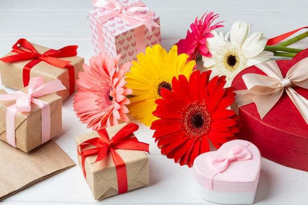 Joli arrangement avec des fleurs et des coffrets cadeaux
