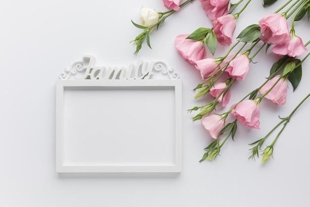 Joli arrangement avec des roses et un cadre vintage